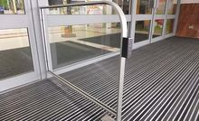 Pedestrian Safety Barriers for Entrances with Automatic Doors